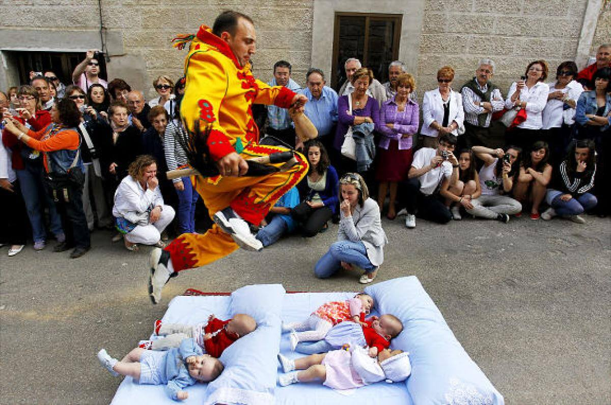 Watch the baby jumping festival in Spain